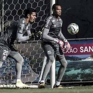 Cuca faz mistério sobre goleiro titular do Santos na ...