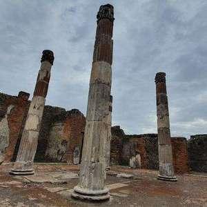 Colunas da 'Casa del Fauno' são restauradas em Pompeia