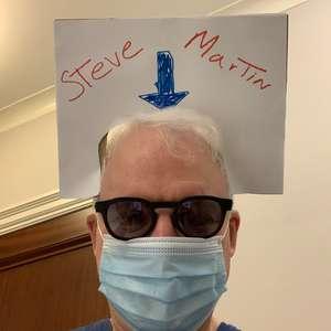 Steve Martin mostra bom humor após se vacinar em Nova York