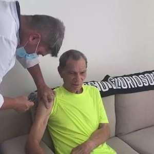 Manga, 83 anos, goleiro lendário do futebol brasileiro, é vacinado contra covid-19