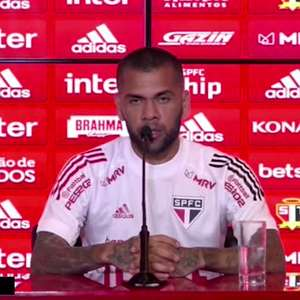 """SÃO PAULO: Daniel Alves sobre seus últimos jogos : """"não acredito que existiu uma queda de rendimento"""""""