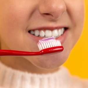 Devo molhar a escova de dente antes de usar? Mito ou verdade