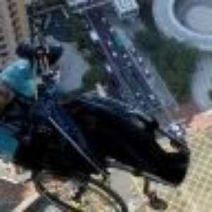 Cadeirante escala arranha-céu em Hong Kong em troca de doações para caridade