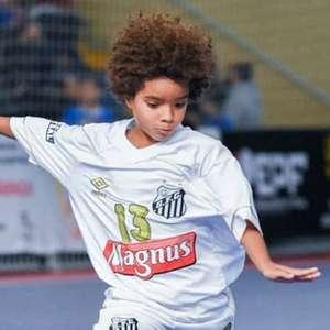 Aos 8 anos, jogador do Santos é o brasileiro mais jovem a assinar contrato com a Nike; veja vídeos