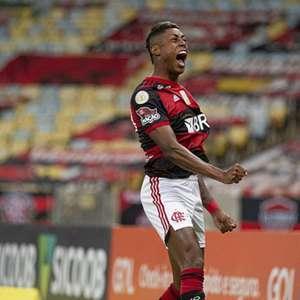 Bruno Henrique celebra dois anos com a camisa do ...