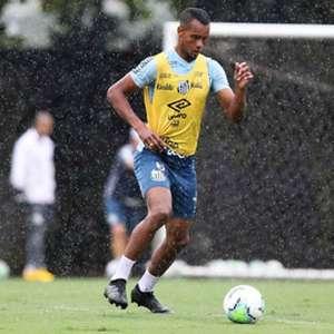 Ainda à espera de poder voltar a jogar pelo Santos, ...