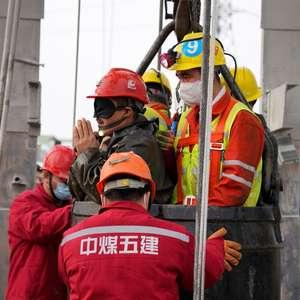 China: equipes resgatam 11 mineiros soterrados após 14 dias
