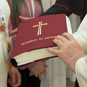 Papa Francisco pede para fiéis trocarem TV e celular por Bíblia