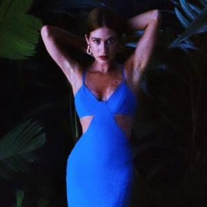Marina Ruy Barbosa usa vestido com recurso que afina cintura