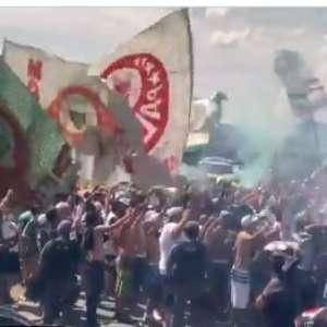 Torcida do Palmeiras se aglomera em aeroporto antes de viagem