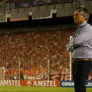 Santos anuncia contratação do treinador Ariel Holan