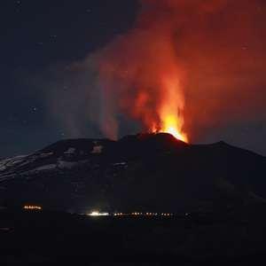 Etna volta a entrar em erupção e lança lava a 1 km de altura
