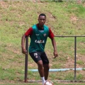Léo Xavier renova contrato com o Vitória