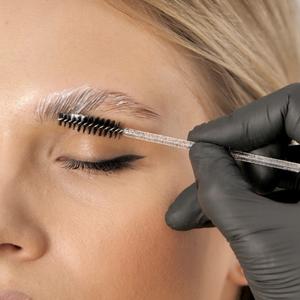 De micro à descoloração: conheça métodos para valorizar a sobrancelha