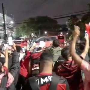 Festa da torcida marca chegada do Flamengo no Morumbi ...