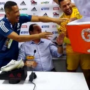 VÍDEO: Jogadores do Flamengo interrompem coletiva e dão ...