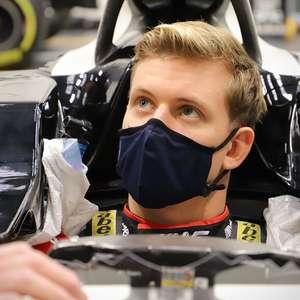 FOTO: Schumacher visita fábrica da Haas e faz molde do ...