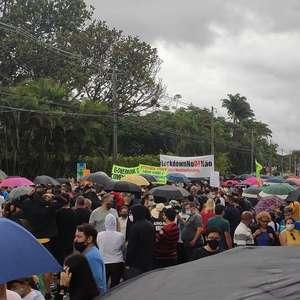 Manifestantes protestam na porta da casa de Ibaneis ...