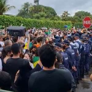 Grupo protesta na casa de Ibaneis contra lockdown no DF