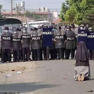 Freira se ajoelha para policiais e impede mortes em Myanmar