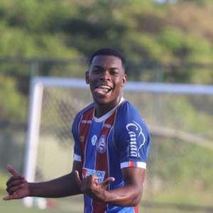 Ronaldo comemora primeiro gol como profissional pelo Bahia