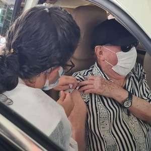 Raul Gil e sua mulher são vacinados contra covid-19 em ...