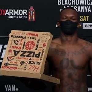 Com caixa de pizza, Adesanya é destaque na pesagem do ...