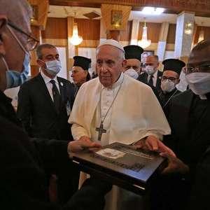 Papa se reúne com religiosos em igreja palco de massacre ...
