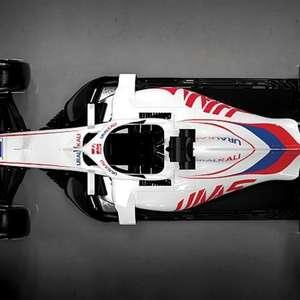 Pintura da Haas, com alusão à bandeira russa, é ...