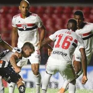 São Paulo goleia o Santos no Morumbi em campo com poças