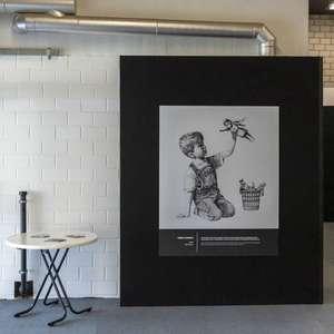 Obra de Banksy será leiloada para ajudar hospitais ...