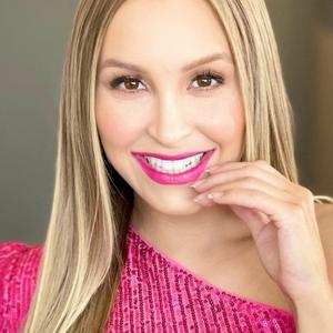 Carla Diaz acerta com look rosa de R$ 199,99 no 'Domingão'