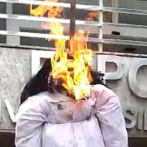 Torcedores do Cruzeiro queimam boneco com foto de Sérgio Santos Rodrigues