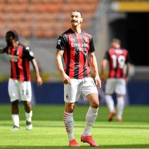 Com um a mais, Milan empata no fim e se distancia da ponta