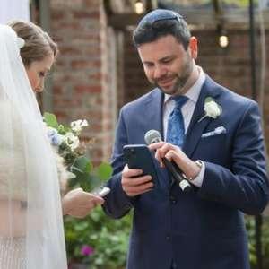Dois funcionários da Coinbase trocam anéis de casamento ...