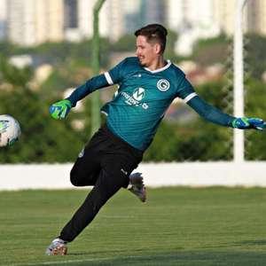 Goleiro Tadeu completa dois anos no Goiás e celebra: ...