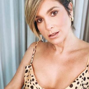 Flávia Alessandra usa vestido camisola de R$ 368