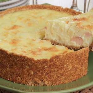 Torta cremosa de queijos com peito de peru e palmito