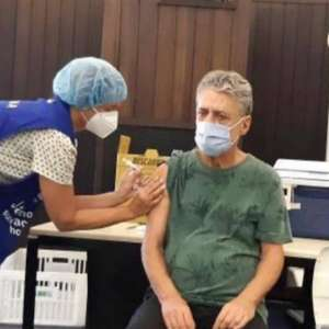 Chico Buarque recebe segunda dose da vacina contra covid-19