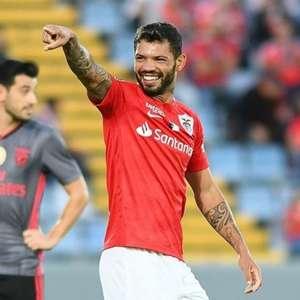 Carlos celebra marca histórica com a camisa do Santa ...