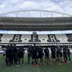 Botafogo faz treino no campo principal do Nilton Santos