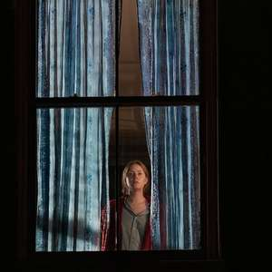 "Amy Adams vive suspense hitchcockiano no trailer de ""A ..."