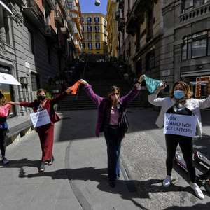 Italianas fazem varal de calcinhas contra fechamento de ...
