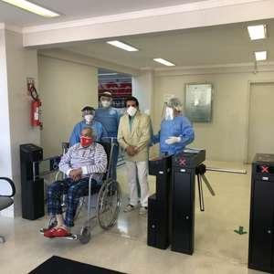 Ex-Internacional que sobreviveu à Covid-19 aos 102 anos celebra ao receber segunda dose da vacina