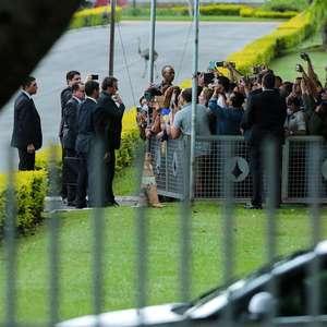 Bolsonaro abandona conversa com apoiadores após interrupção