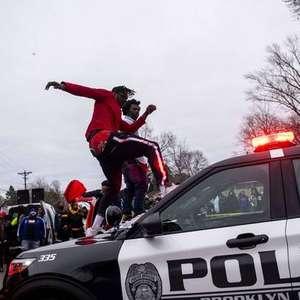 Polícia dos EUA prende dezenas em ato contra morte de negro