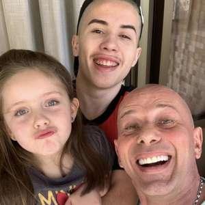 Rafael Ilha compartilha foto com os filhos nas redes sociais