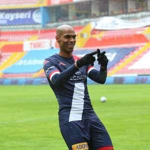 Naldo celebra o primeiro gol dele pelo Antalyaspor: ...
