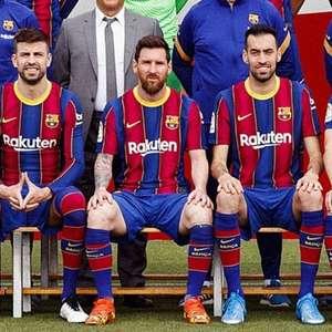 Em foto oficial do Barcelona, zagueiro Piqué dá ...