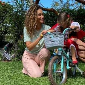 Débora Nascimento e ex se reúnem para aniversário da filha